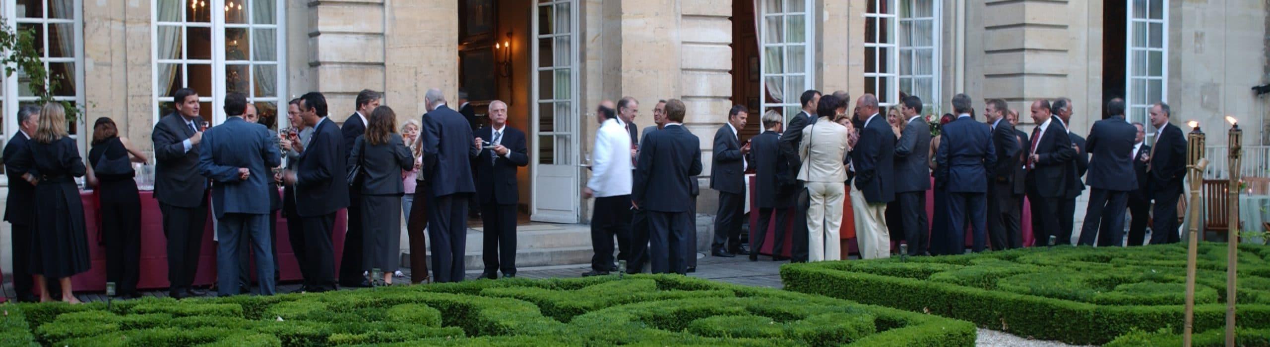 Réception d'été au Musée de la Chasse, Paris, un cocktail dînatoire est servi aux invités avec plusieurs cuvées de champagne à la dégustation